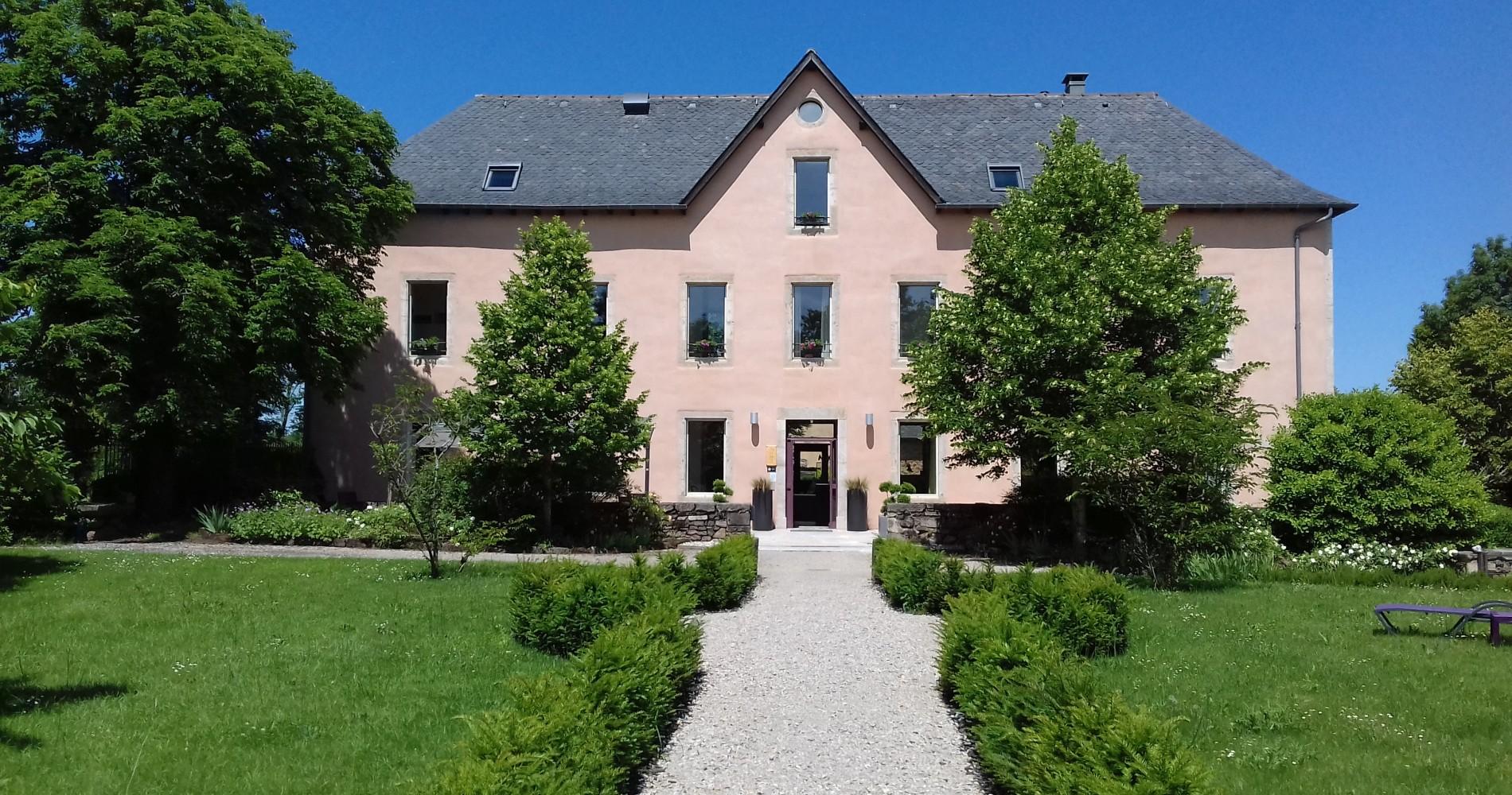 Hotel ferme Bourran Rodez pelouse jardin fleurs plantes arbres