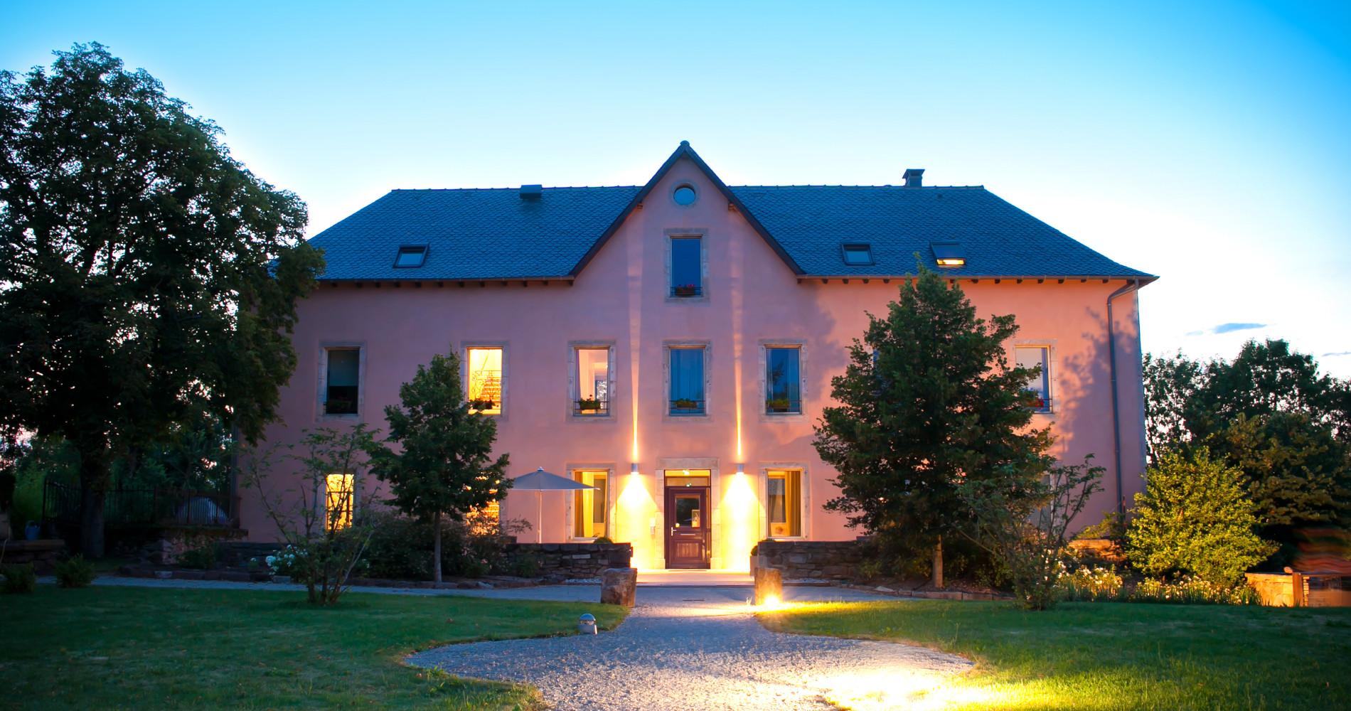 Hotel La ferme de Bourran 4 etoiles Rodez aveyron jardin de nuit